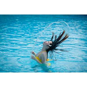 フリー写真, 人物, 女性, アジア人女性, 水着, プール, 髪の毛, 水しぶき, 目を閉じる