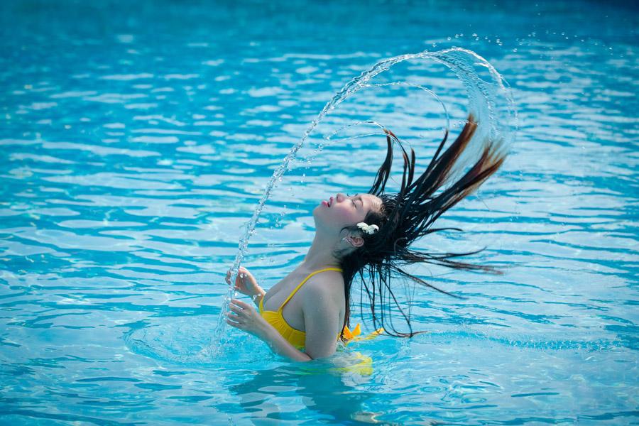 フリー写真 髪の毛を振り上げてできる水しぶき
