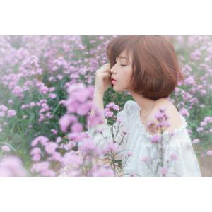 フリー写真, 人物, 女性, アジア人女性, 女性(00201), ベトナム人, ショートヘア, 横顔, 人と花, 花畑, 紫色の花