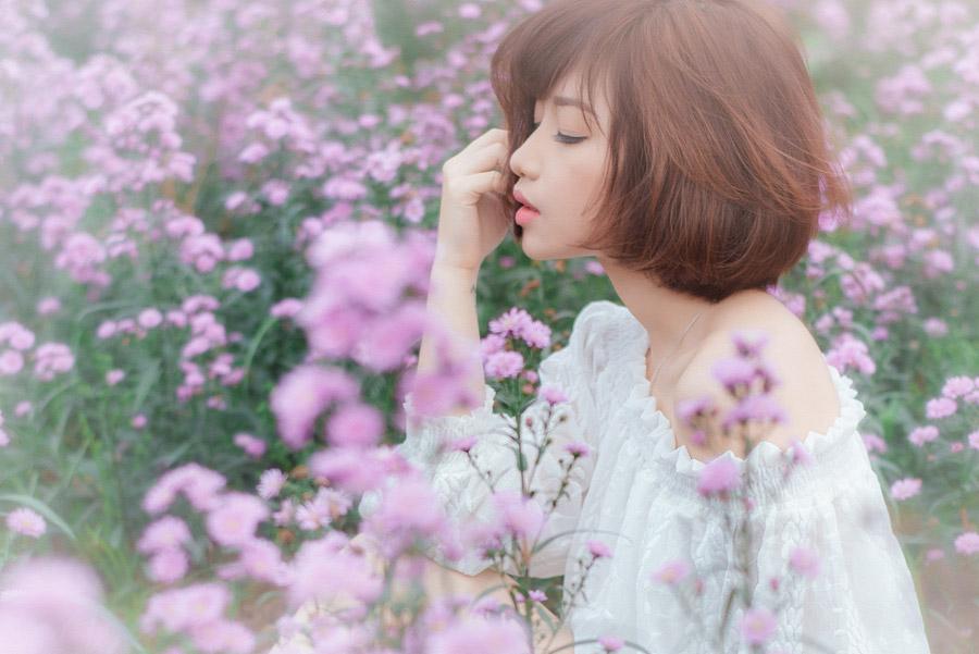 フリー写真 花畑にいるショートヘアの女性ポートレイト