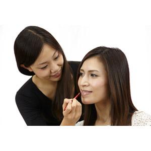 フリー写真, 人物, 女性, アジア人女性, 女性(00032), 日本人, 女性(00031), 職業, 仕事, メイクアップアーティスト, 化粧(メイク), リップグロス, 二人, 白背景