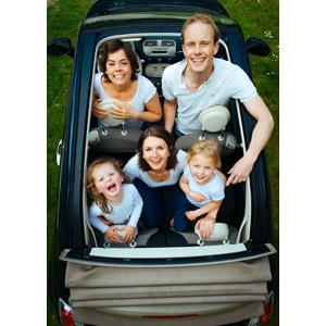 フリー写真, 人物, 家族, 親子, 父親(お父さん), 母親(お母さん), 子供, 娘, 五人, 人と乗り物, 乗り物, 自動車, 見上げる(上を向く)