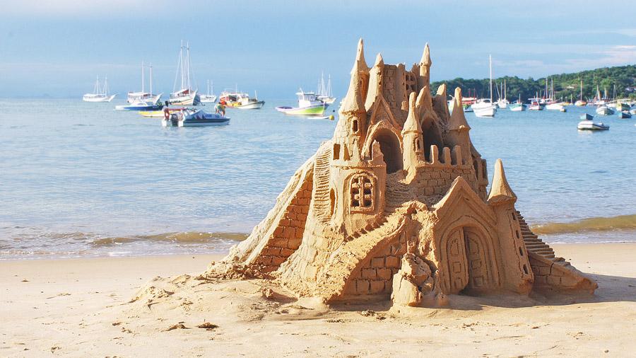 フリー写真 砂浜に作られた砂の城