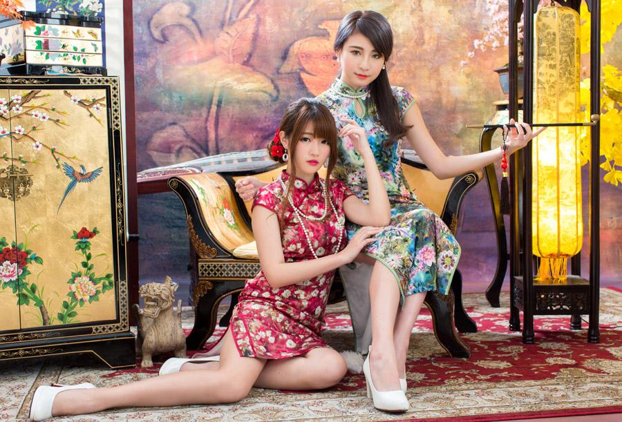 フリー写真 チャイナドレス姿の二人の女性