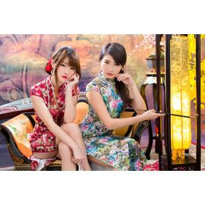 フリー写真, 人物, 女性, アジア人女性, 佳歆(00199), 欣欣(00001), 中国人, チャイナドレス, 二人, 座る(椅子), 煙管(キセル), 頬杖をつく, 頬に手を当てる, 足を組む