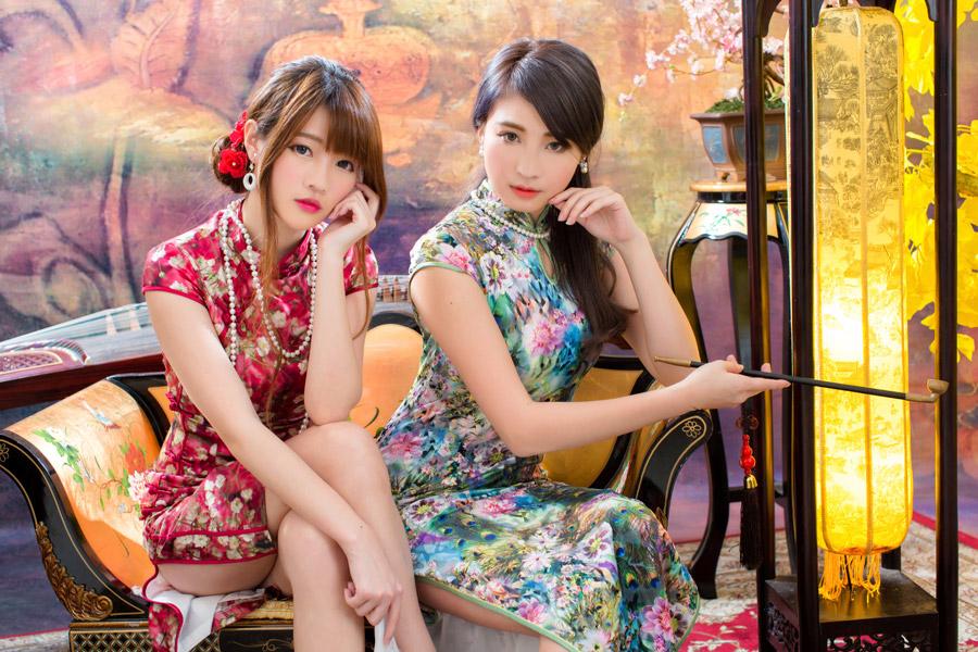 フリー写真 チャイナドレス姿で頬杖をついている二人の女性
