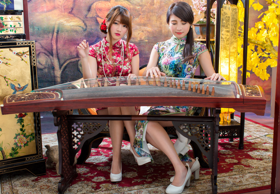 フリー写真 琴の前に座る二人の女性