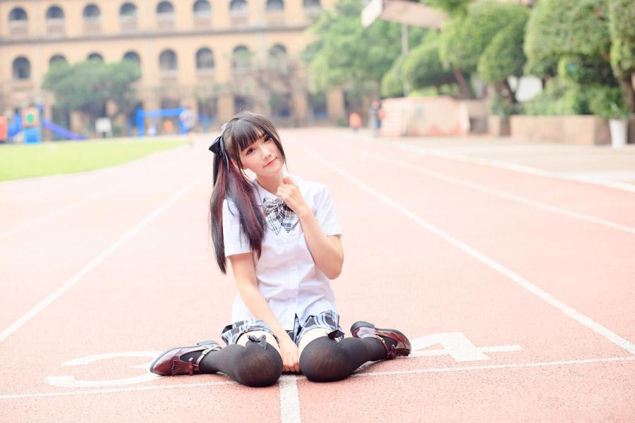 フリー写真 学生服姿で女の子座りしている女子高生