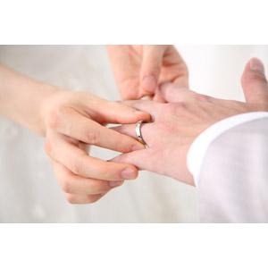 フリー写真, 人体, 手, カップル, 結婚式(ブライダル), 結婚指輪, 花婿(新郎), 花嫁(新婦), 愛(ラブ)