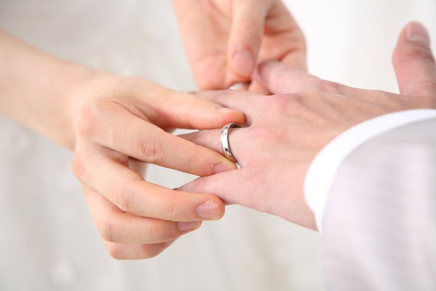 フリー写真 結婚式での指輪の交換