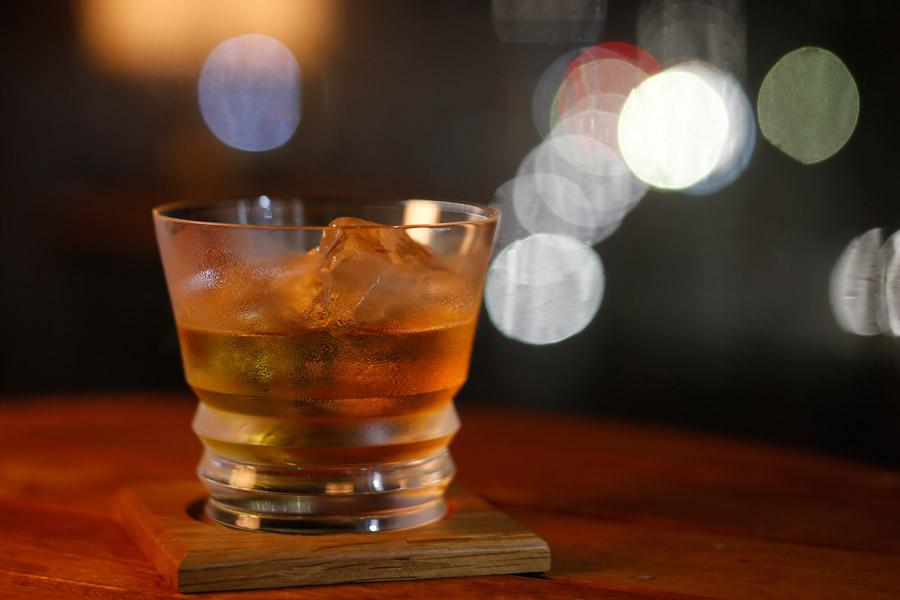 フリー写真 グラスに入ったウイスキー