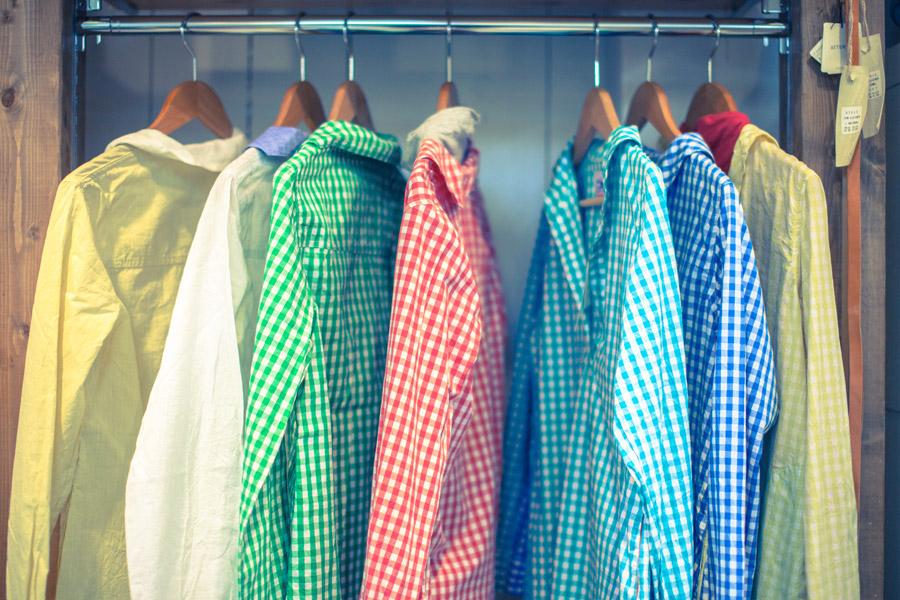 フリー写真 洋服店のハンガーにかかった洋服