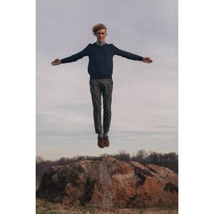 フリー写真, 人物, 男性, 外国人男性, アメリカ人, 宙に浮く(空中浮遊), 手を広げる, 岩
