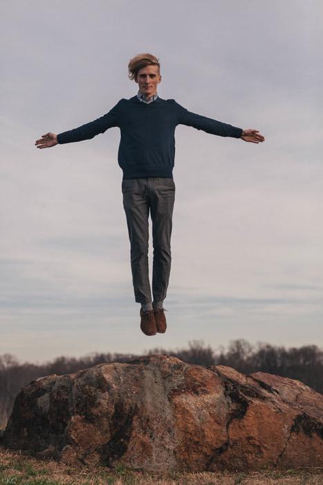 フリー写真 空中に浮かぶ外国人男性