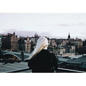 フリー写真, 人物, 女性, 外国人女性, 後ろ姿, 金髪(ブロンド), 眺める, 人と風景, 旧市街, イギリスの風景, スコットランド