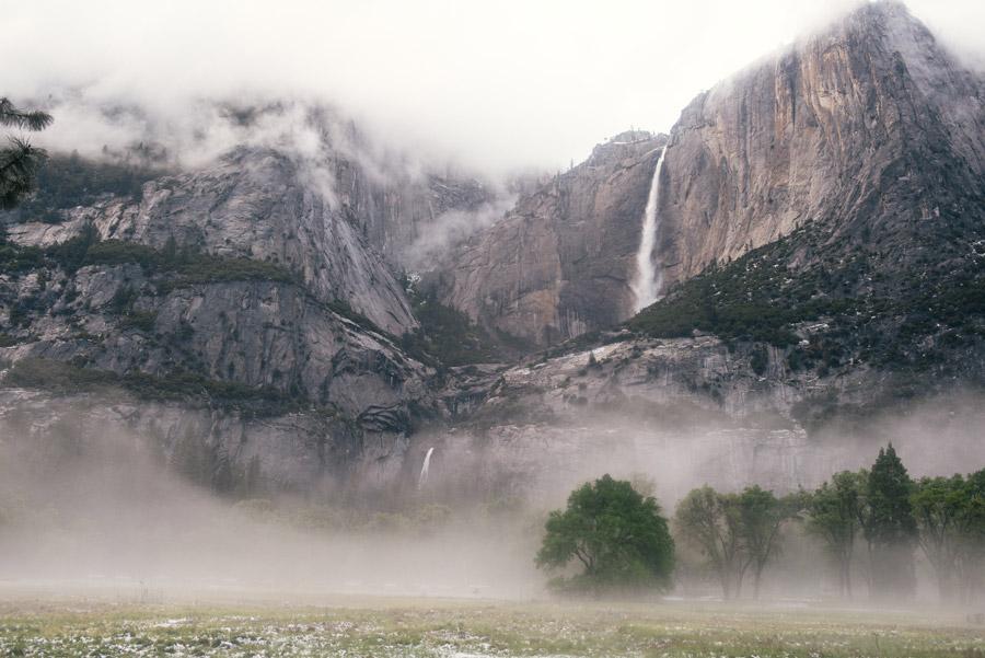 フリー写真 霧のかかるヨセミテ滝の風景