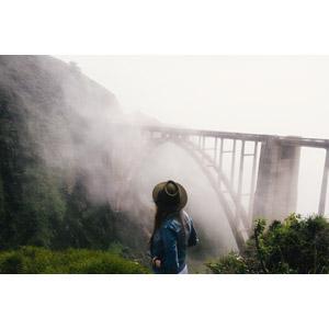 フリー写真, 風景, 建造物, 橋, 霧(霞), 人と風景, 女性, 後ろ姿, 帽子, アメリカの風景, カリフォルニア州