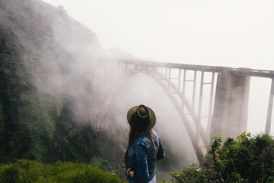 フリー写真 霧のかかるビックスビークリーク橋と後ろ姿の女性