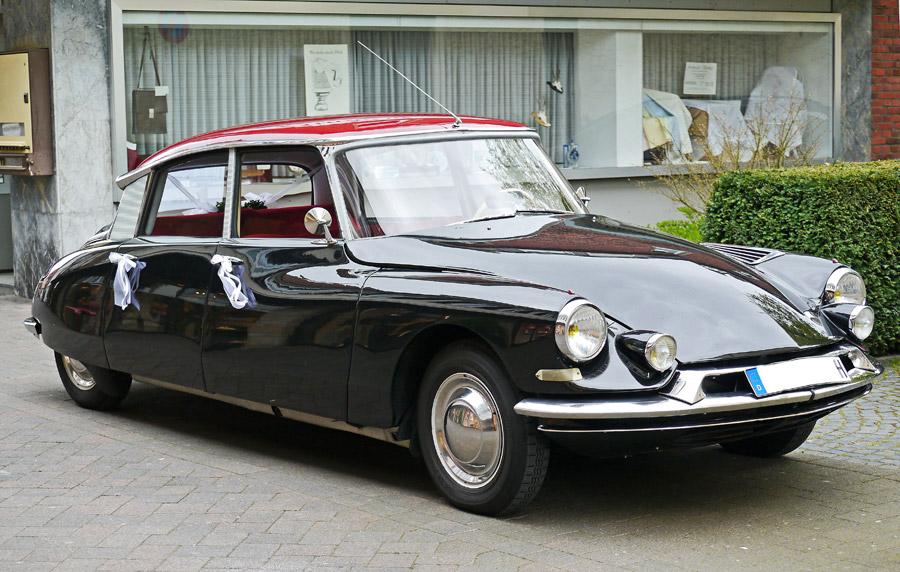 フリー写真 結婚式に使われる自動車のシトロエン DS19