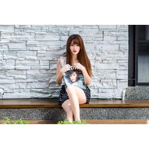 フリー写真, 人物, 女性, アジア人女性, 欣欣(00001), 中国人, 座る(ベンチ), 雑誌