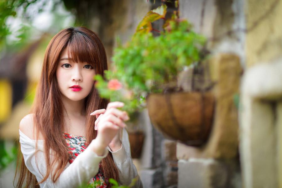 フリー写真 植物と台湾の女性のポートレイト
