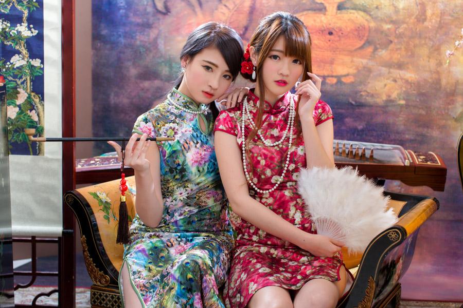 フリー写真 チャイナドレスを着て椅子に座っている二人の女性