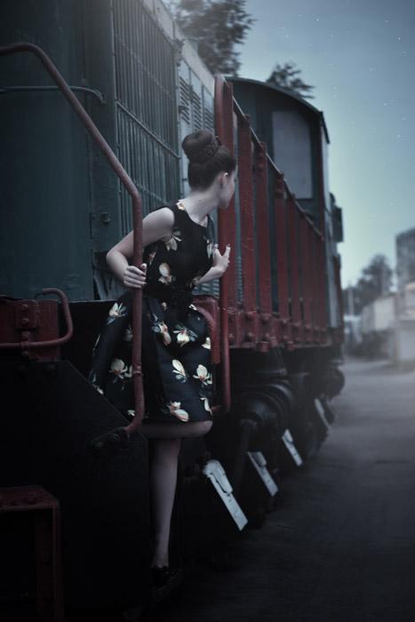 フリー写真 列車を下りながら背後を見ている女性