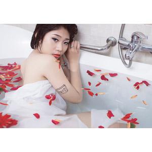 フリー写真, 人物, 女性, アジア人女性, 女性(00144), お風呂, 浴槽(バスタブ), 入浴, 花びら