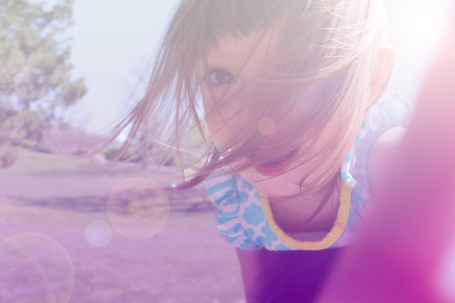 フリー写真 太陽の光と女の子