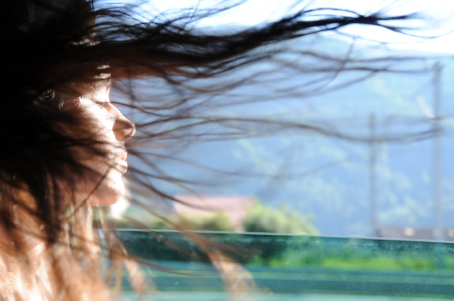 フリー写真 髪の毛がなびいている外国人女性
