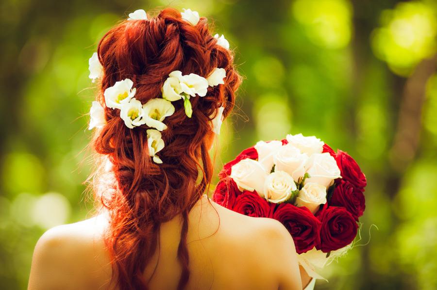 フリー写真 ブーケーを持つ花嫁の後ろ姿
