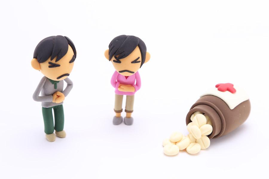 フリー写真 薬と腹痛の男性の人形