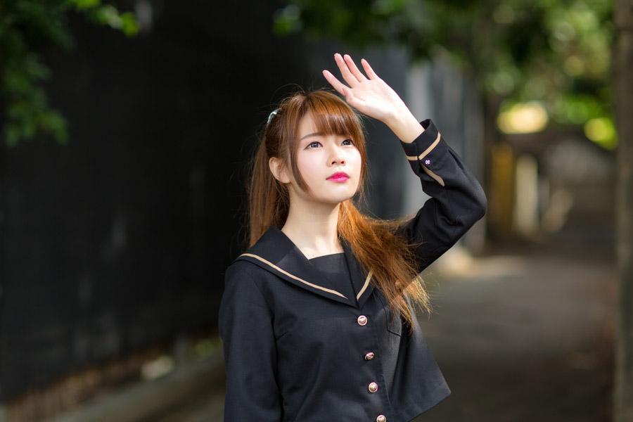 フリー写真 セーラー服姿で手をかざす女子高生