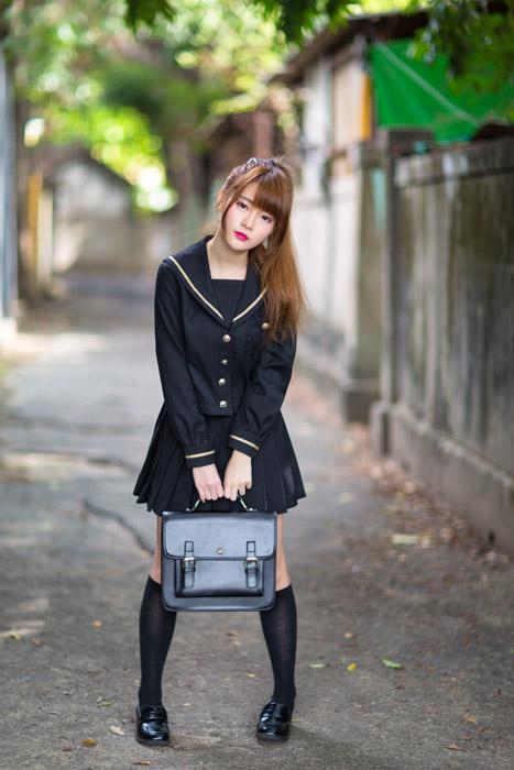 フリー写真 通学鞄を持つ女子学生の全身ショット