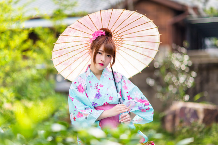 フリー写真 浴衣姿で日傘を差す女性