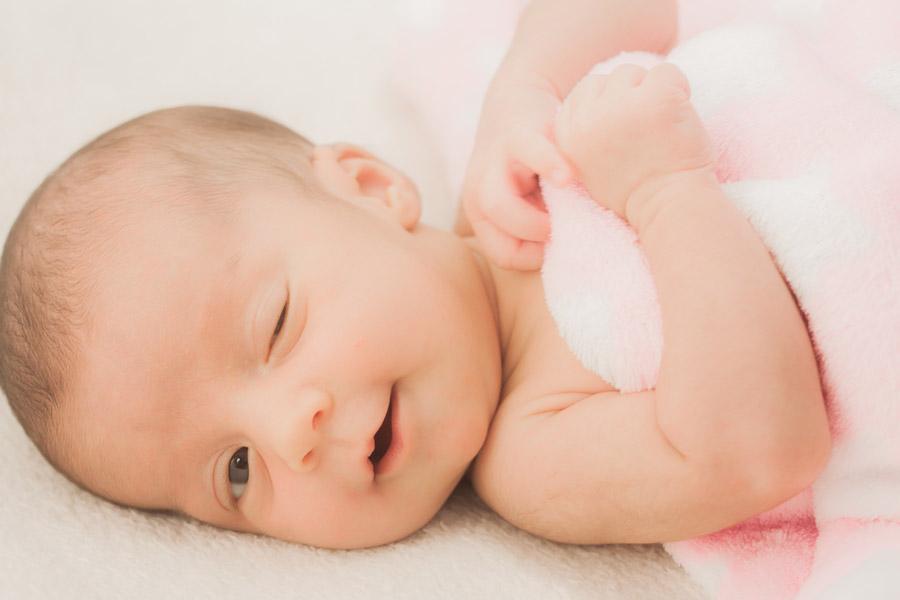 フリー写真 ウインクする赤ちゃん