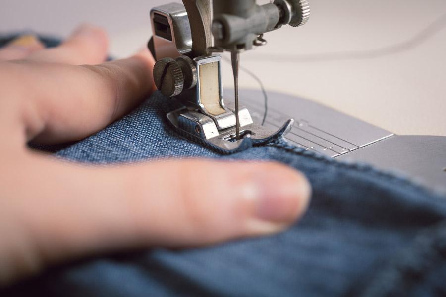 フリー写真 ミシンで縫物をしている手
