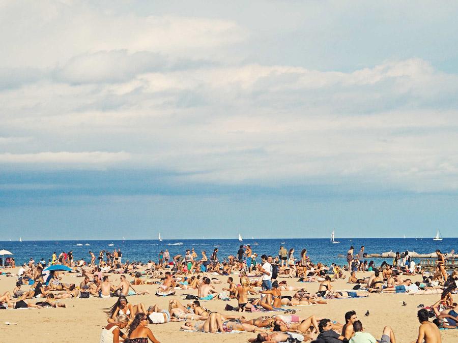 フリー写真 海水浴客でにぎわうバルセロナのビーチ