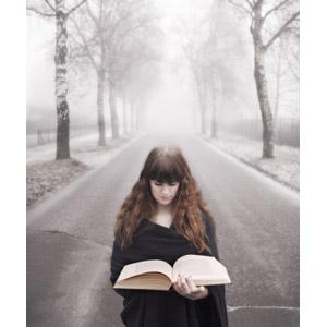 フリー写真, 人物, 女性, 外国人女性, 読む(読書), 本(書籍), 人と風景, 並木道, 霧(霞)