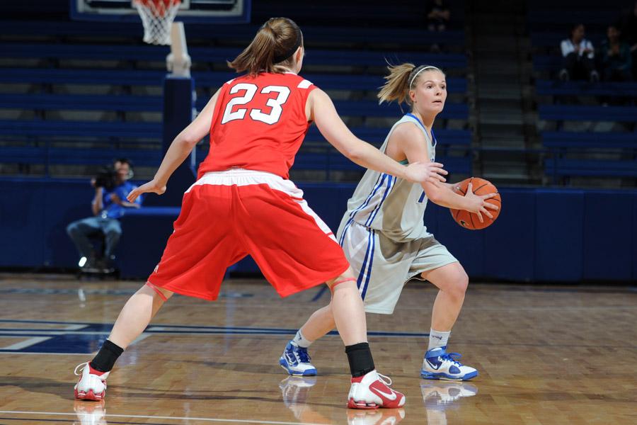 フリー写真 バスケットボールの試合中の女性選手