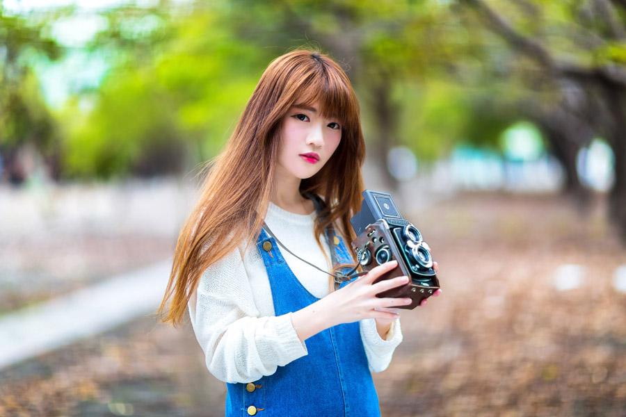 フリー写真 二眼レフカメラを持つ女性