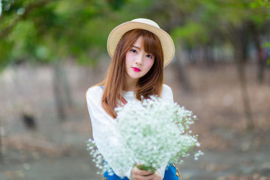 フリー写真 カスミソウの花束を持つ女性