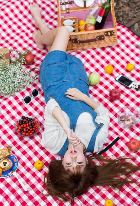 フリー写真 「しーっ!」のポーズをしているピクニック中の女性