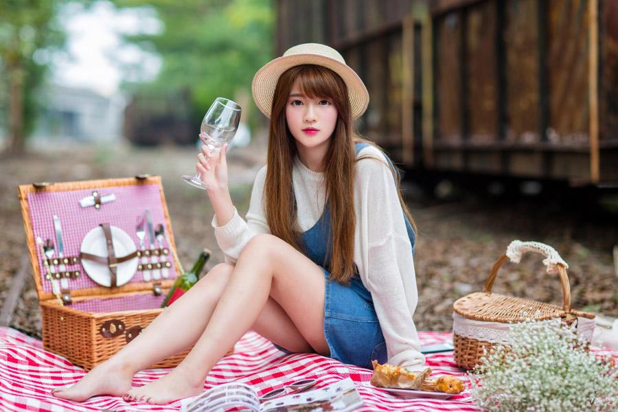 フリー写真 白ワインを飲んでいるピクニック中の女性