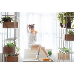 フリー写真, 人物, 女性, アジア人女性, ベトナム人, 果物(フルーツ), オレンジ, 女性(00202), 座る(ベンチ)