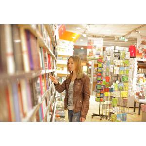 フリー写真, 人物, 女性, 外国人女性, 女性(00203), 本屋, 本(書籍), 本棚, 革ジャン(レザージャケット)