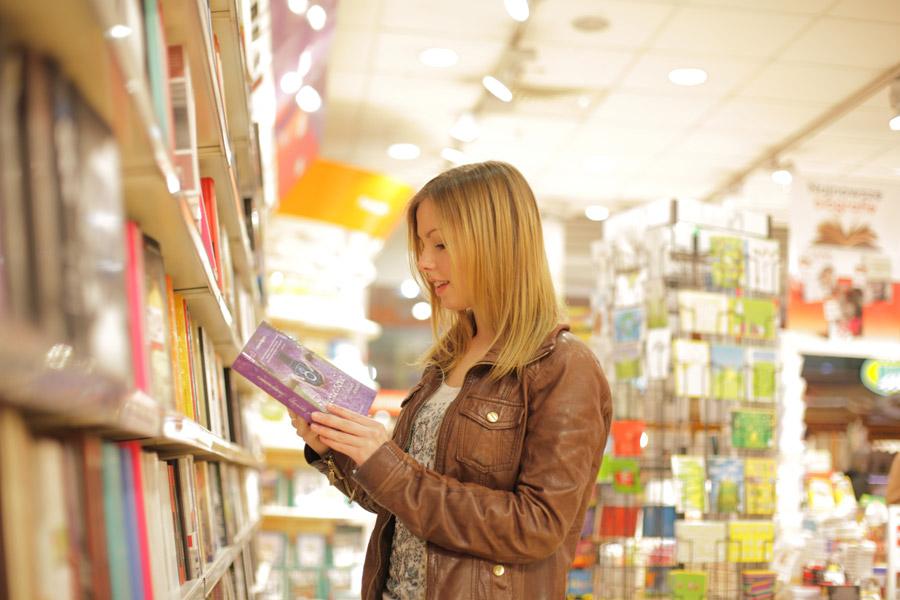 フリー写真 本屋で立ち読みする外国人女性