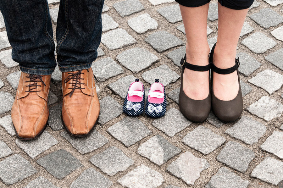 フリー写真 夫婦の靴と生まれてくる赤ちゃんの靴