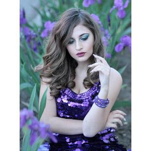 フリー写真, 人物, 女性, 外国人女性, ルーマニア人, 女性(00268), 人と花, スミレ, 紫色の花