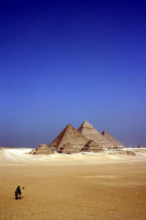 フリー写真 ギザのピラミッドとラクダに乗る人物